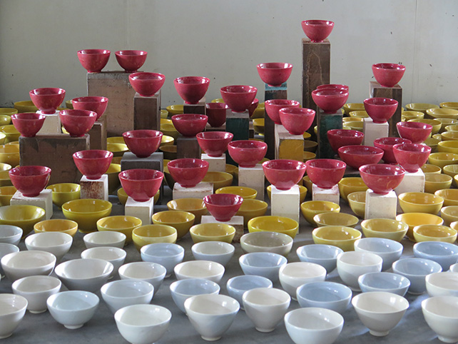 "Alvin Tan Teck Heng, ""One thousand ceramic rice bowls gradually changing in colour from vibrant yellow to almost white"".  Photo credit: One East Asia"
