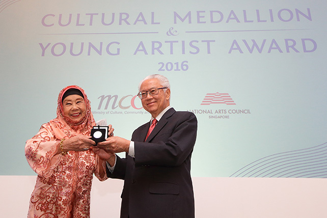 Nona Asiah receiving the Cultural Medallion from President Tony Tan Keng Yam