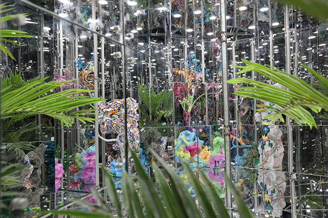 Deng's Noah's Garden II is at once a garden of flora and a labyrinth of mirrors that create a feeling of the loss of subjectivity. Deng Guoyuan, Noah's Garden II, 2016, Image courtesy of Singapore Art Museum